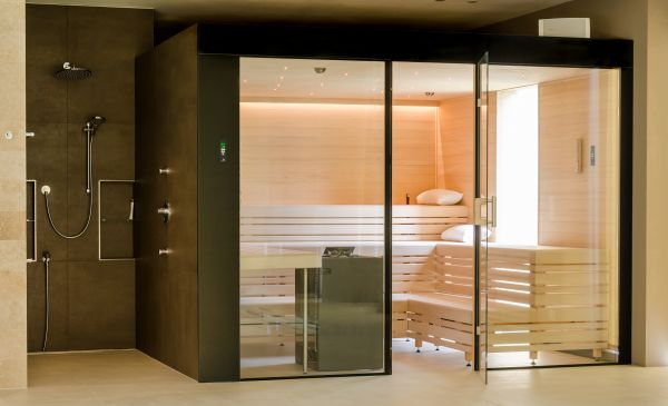 Glasfront mit Duschkombination